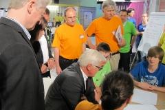F-W. Steinmeier SPD diskutiert die Lampenentwurfe mit den Praktikanten. Mit im Bild Hans Fronius BOSCH